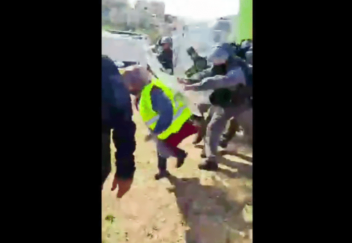 Une femme palestinienne brutalement projetée à terre par la police israélienne - VIDEO