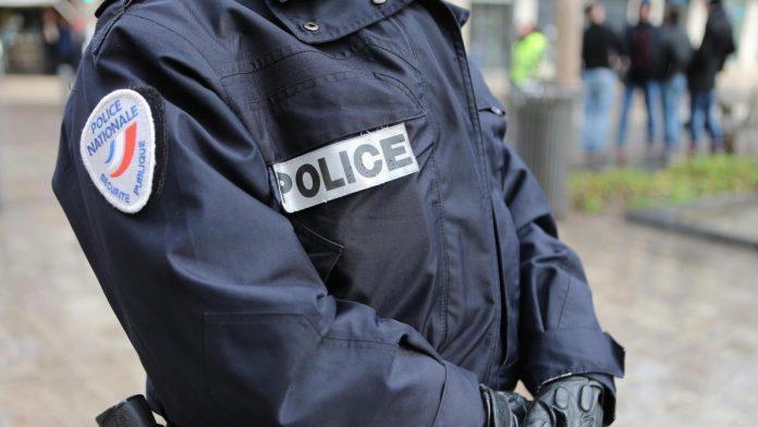 Vanves - deux policiers racistes cassent le poignet d'une collègue et font accuser un détenu innocent