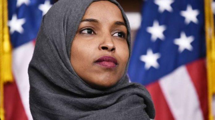"""""""France, le monde te regarde"""" - la députée Ilhan Omar publie une vidéo en soutien aux femmes musulmanes de France"""