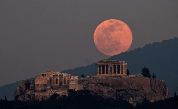 Découvrez les plus belles photos de la «Super Lune rose» à travers le monde
