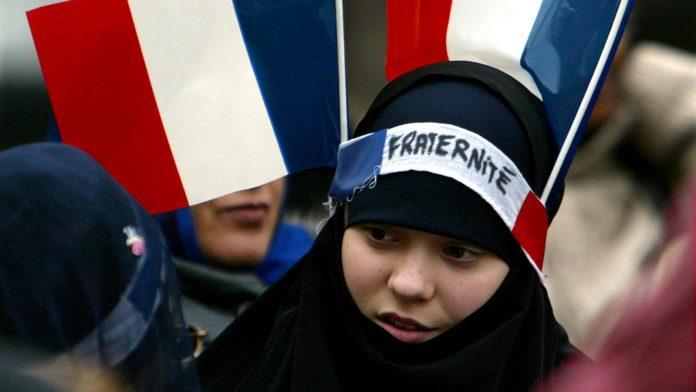 Des musulmans du monde entier s'opposent à l'interdiction du voile des mineures en France