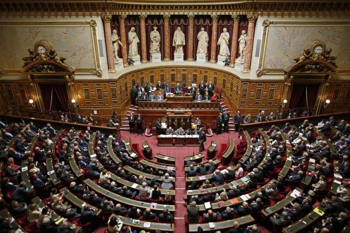 Les sénateurs votent l'interdiction du voile pour les mamans accompagnatrices et le port du burkini dans les lieux de baignade municipaux