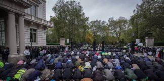 Londres des musulmans prient devant l'ambassade de France pour protester contre l'islamophobie - VIDEO