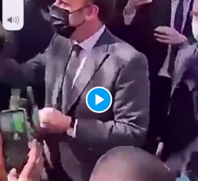 Melun une femme balance son bébé dans les bras d'Emmanuel Macron - VIDEO