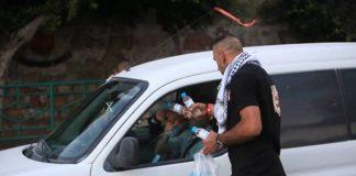 Palestine - un chrétien offre de l'eau et des dattes aux musulmans qui rompent le jeûne2