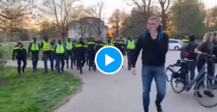 Pays-Bas un policier boxe à plusieurs reprises des jeunes en pleine rue - VIDEO