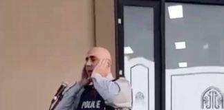 Ramadan un policier en uniforme effectue l'adhan devant une mosquée - VIDEO