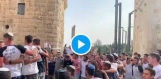 Al-Aqsa Les colons dansent, chantent et déploient un drapeau géant d'Israël pour provoquer les musulmans du monde entier - VIDEO