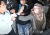 Al-Aqsa une Palestinienne défend avec courage une jeune fille agressée par une policière israélienne - VIDEO