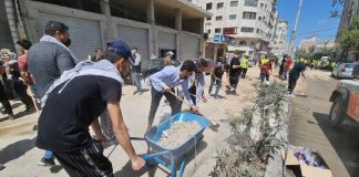 Des milliers de Palestiniens nettoient et reconstruisent les rues de la bande de Gaza