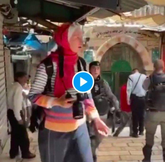 Jérusalem des soldats israéliens arrachent le voile de la journaliste Latifa Abdul Latif - VIDEO2