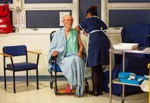Le premier homme au monde a avoir reçu le vaccin Covid-19 est mort