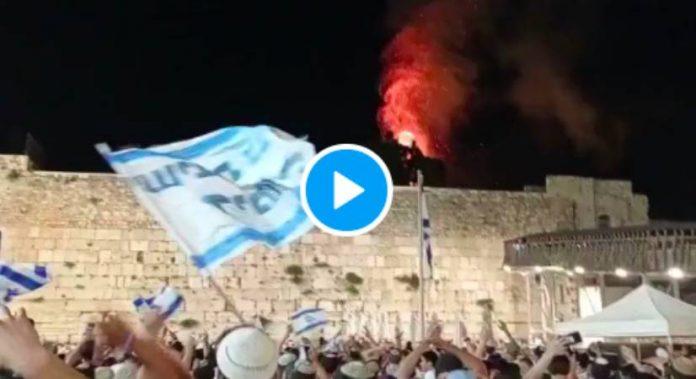 Les colons israéliens célèbrent un gigantesque incendie près de la mosquée Al-Asqa - VIDEO