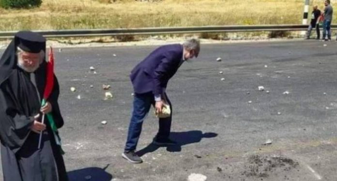 Un archevêque de l'Eglise catholique jette des pierres sur l'armée israélienne - VIDEO