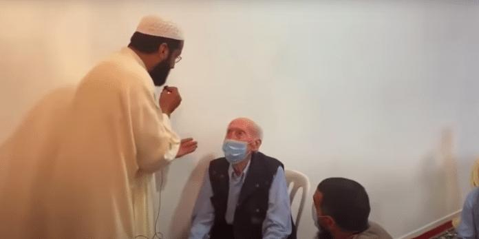 A 95 ans, Papy Jeannot survit au Covid-19 et se convertit à l'islam - VIDEO