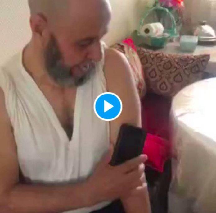 Covid-19 : Un hajj affirme que son bras est devenu aimanté depuis la vaccination - VIDEO   alNas.fr