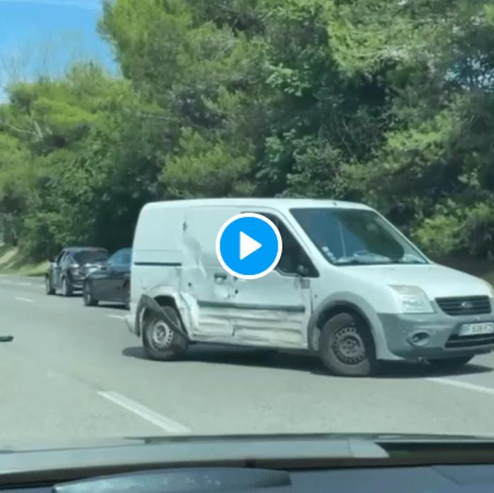 «Dinguerie sur l'A8» Un camion percute volontairement toutes les voitures, le chauffeur se fait lyncher sur le bas-côté - VIDEO