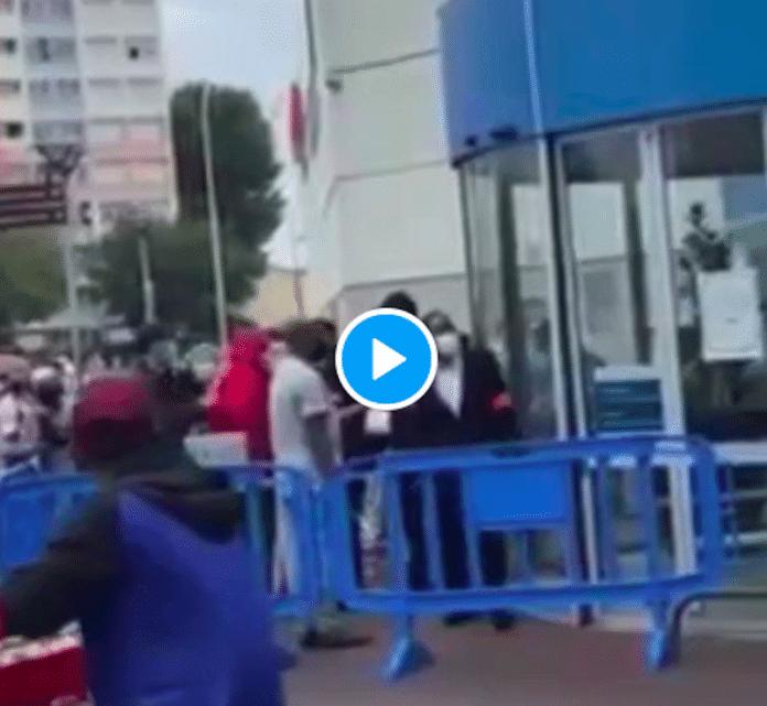 Drancy une femme sans Pass sanitaire expulsée d'un supermarchés'en prend aux vigiles - VIDEO