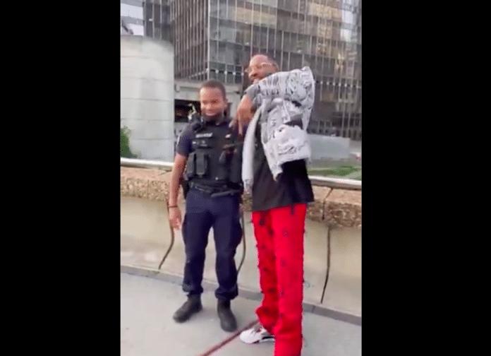 La Défense des policiers en service prennent un selfie avec l'influenceur OhPlai - VIDEO