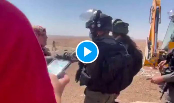 Palestine une femme courageuse défend une source d'eau convoitée par des soldats israéliens - VIDEO