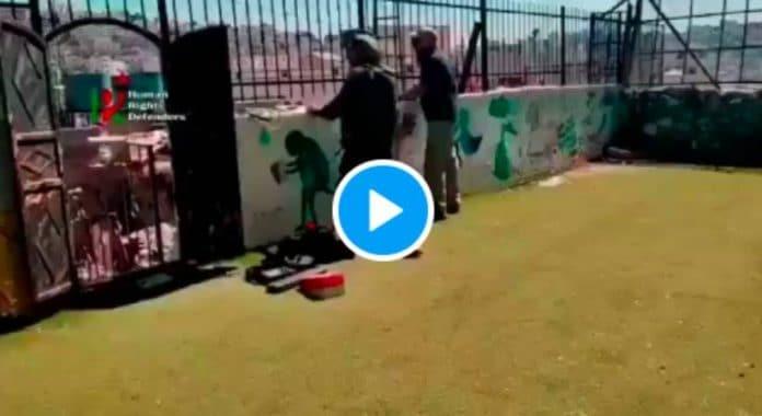 Un colon israélien envahit une école pour terroriser les enfants palestiniens - VIDEO (1)