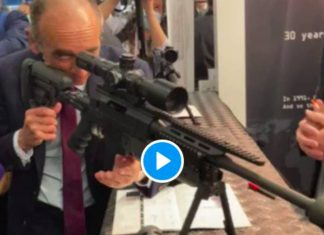 «Reculez» Eric Zemmour pointe une arme sur des journalistes - VIDEO