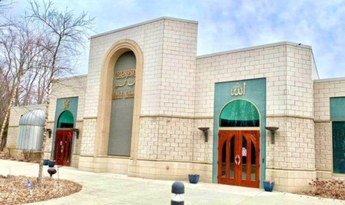 Les chefs de la communauté interconfessionnelle s'adressent à la mosquée après un acte de vandalisme