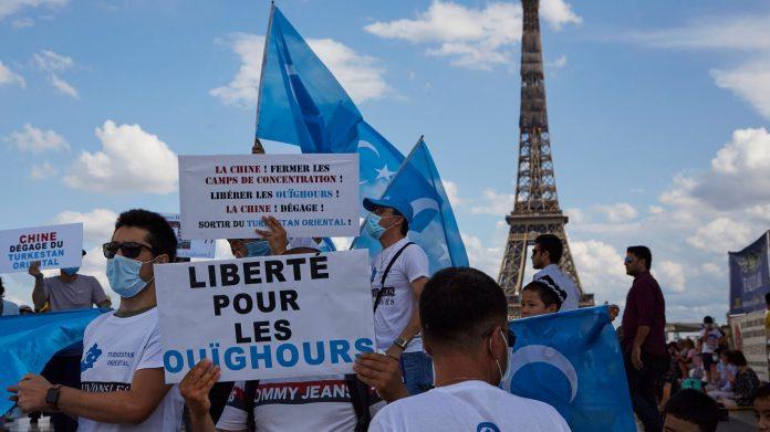 Paris - Des milliers de manifestants apportent leur soutien aux Ouïghours
