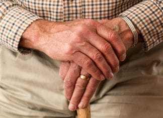 """alt=""""mains croisées d'un homme âgé"""""""