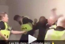 Royaume-Uni des policiers tabassent sauvagement des fidèles à l'intérieur d'une mosquée - VIDEO