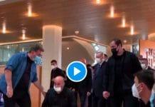 Turquie Recep Erdogan entre par surprise dans une mosquée pour prier avec des étudiants - VIDEO