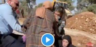 Une mère palestinienne s'accroche de toutes ses forces à la tombe de son fils - VIDEO
